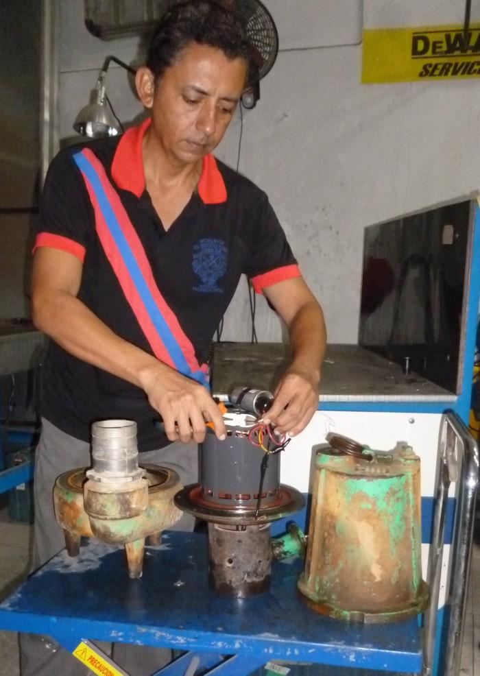 Carlos Velilla repara motobomba Barnes