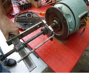 Sacada de un piñon con el extractor de poleas